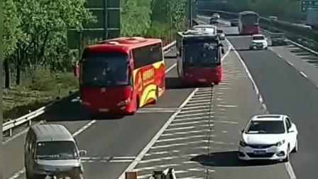 白色轿车将错过出口,一把方向把面包车撞得七荤八素