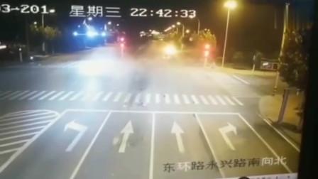 """宝马路口等红灯,瞬间被""""暴力""""追尾视频拍下悲剧的全过程"""