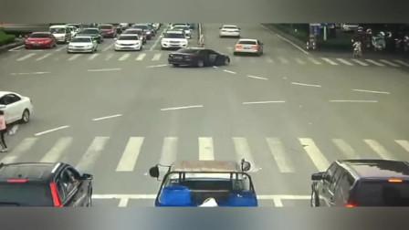 宝马行驶中后门被孩子打开,车主慌乱之中悲剧发生了
