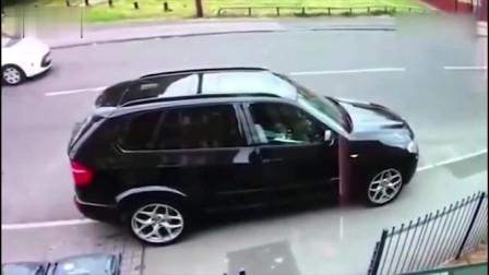 宝马车停在路边,谁知女司机直接撞上,到底发生了什么