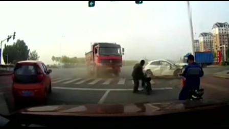 奔驰路口惨遭大货车截杀,5秒后画面太惨