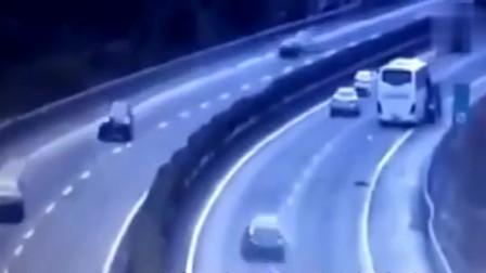"""奔驰高速换驾驶员,为一根香蕉奔驰被撞成""""奔驰饼干"""""""