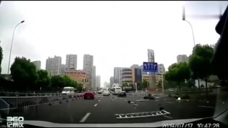"""奔驰车突然失控,马路上""""大开杀戒""""视频拍下悲剧的全过程"""