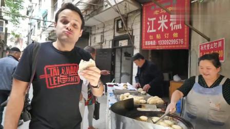 吃货老外:老外在西安街头吃玫瑰江米糕,赞不绝口!