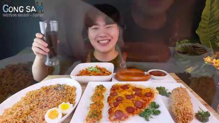 韩国吃货小哥,吃火鸡面、炒年糕、热狗、芝士披萨、香肠,吃得真