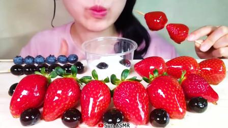 吃货小姐姐小姐姐吃播草莓蓝莓糖葫芦,蘸着奶油,吃得美滋滋!
