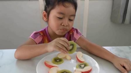 萌宝玩具:咋回事?小萝莉吃了水果后为何会身体不适?