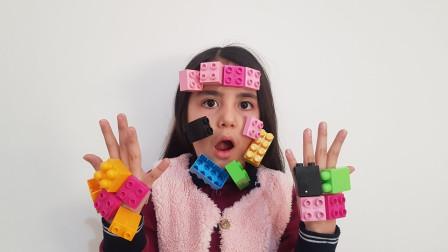 萌宝玩具:好奇怪!小萝莉脸上跟手上的积木从何而来的?