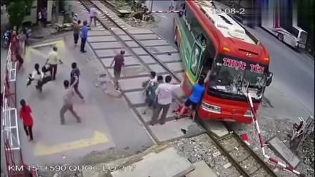 路杆直穿大客车,这个角度,想想都可怕