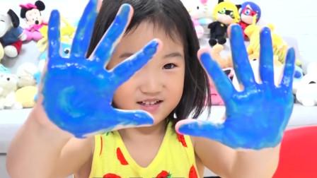 小萝莉变身小大人,巧教弟弟妹妹认颜色,弟弟不刷牙她有好办法!