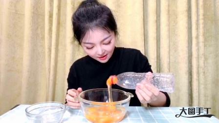 小姐姐疫情期间宅家自制电饭煲蛋糕,用矿泉水瓶做打蛋器,超简单