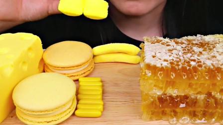 美女直播吃芝士蛋糕和蜂巢蜜,配上棉花糖和马卡龙吃的太香了