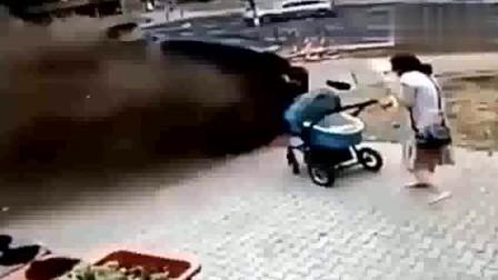 年轻妈妈带宝宝去玩,发现不对赶紧扔下手推车,监控拍下这画面
