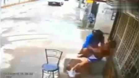 年轻妈妈正抱着孩子在门口乘凉,突然发生危险,她的反应让我无语