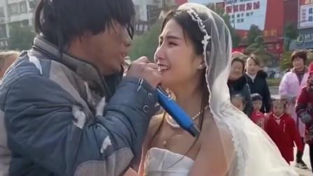 乞丐街头演唱《站着等你三千年》,句句催泪,广东女友听哭了