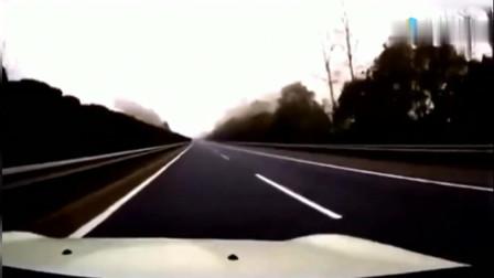 女司机路口等红绿灯,突然出现一老太婆,她不顾违章赶紧倒车
