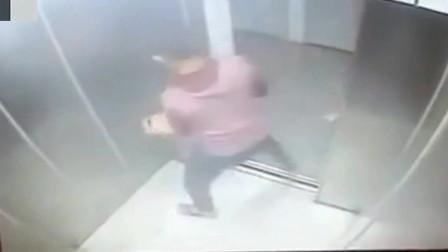 女子刚要出电梯回家,丝毫没有发现身后的不对劲