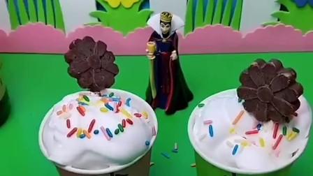 小白雪和小贝儿喜欢吃果冻,王后给小白雪和小贝儿做果冻,王后太好了!