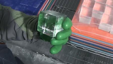 2000人民币一盒的冰块,据说加入酒水能提升口感,制作过程很简单