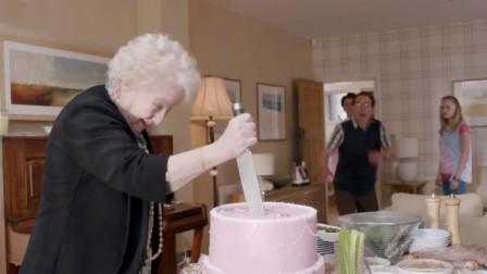 女儿躲生日蛋糕底下,想给母亲一个惊喜,没想到她竟一刀插了下去