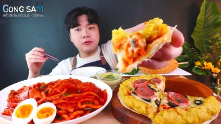 韩国大胃王小哥,吃香辣年糕+番薯披萨热狗棒,看他吃的真不错啊!