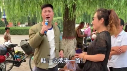 大姐真敞亮,只要小伙唱首歌就把菜包了,小伙直言:必须唱一首!
