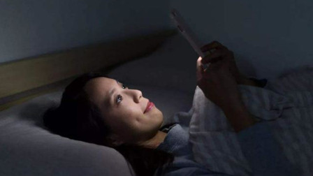 准妈妈孕期玩手机,不要放在这两个部位,对自己和胎儿都不好