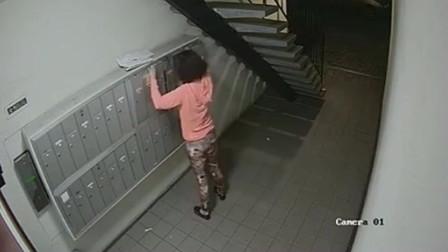深夜女子来到楼道里,假如没监控,谁信她是这种人!
