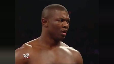 WWE:矮脚虎不长眼,挑战双冠王黑金刚,殊不知后面还有个更猛的