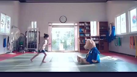 马东锡女儿怒气冲冲坐在房间里 攥紧了拳头 把网友可爱哭了。