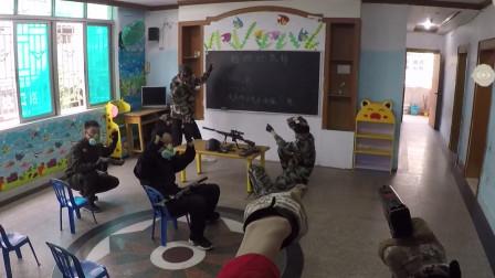 真人版吃鸡:为了救广东仔,拿一把手枪就冲上去,三个人都怂了!