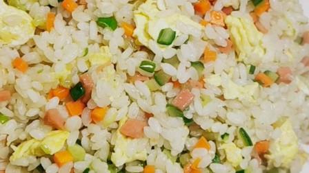 蛋炒饭的家常做法,做法简单,粒粒松散、不坨不黏,特别好吃