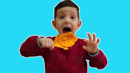 萌宝玩具:太美味了!小正太手里拿的是什么美食呢?