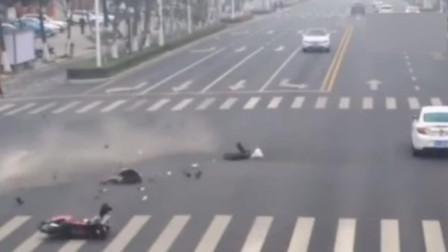 女子骑车强闯红灯被撞飞 伤势严重生命垂危