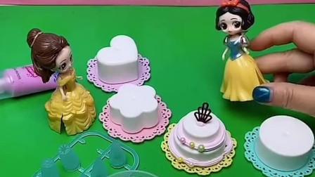 白雪给贝尔做蛋糕,还有漂亮的珍珠糖,白雪真好!