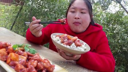 陈说美食:胖妹全家出动手工灌香肠,忙了半天做了满满两大盆,看着就很诱人!
