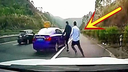 小伙惹怒新手司机,没想到女司机直接倒车撞!