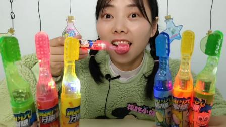 """小姐姐吃趣味""""闪光跳跳牙刷糖"""",炫彩漂亮,模仿刷牙吃零食"""