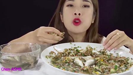 国外吃播小姐姐太疯狂,尽然生吃活鲫鱼,是生吃不是生吞啊