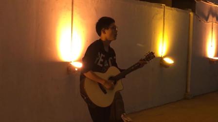 河南郑州街头,流浪歌手吉他伴奏,翻唱郑钧《私奔》一开口醉了