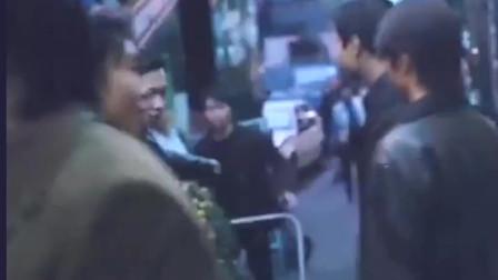 香港黑帮电影 看看陈浩南是怎么当老大的 连街边老奶奶他都给发红包。