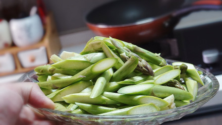 芦笋怎么做才好吃?分享一道家常做法,清香脆嫩、全家人都喜欢吃