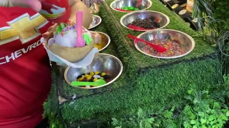 泰国自助式的椰子冰淇淋,十几种配料,随便选