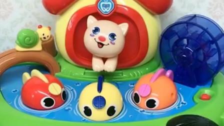 大头玩小猫钓鱼游戏,乔治拿着大头的小鱼玩具不给,乔治又开始捣蛋了!