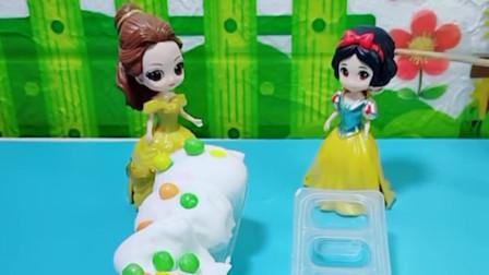小贝儿拿着蛋糕去找小白雪炫耀,小白雪也要自己做蛋糕,小白雪做的蛋糕真漂亮!