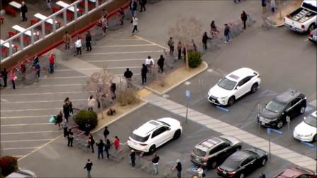 逛个超市容易吗,看这队伍排的,转好几圈了!
