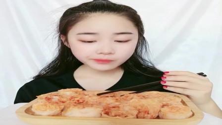 美食吃播:大胃王小姐姐吃吸汁面藕,大口吃的真香!