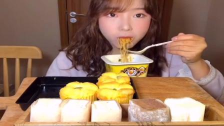 美食吃播:大胃王小姐姐吃咸蛋黄拌面,大口吃的真过瘾!
