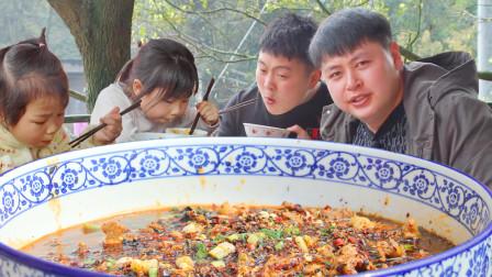 水煮肉片的经典做法,农村小哥整2斤肉做1大盆,隔壁小孩也跑来蹭饭