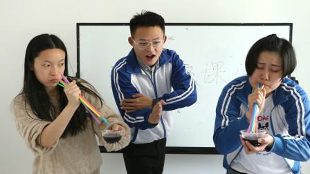 师生打赌用100根吸管喝可乐不料老师的可乐被换成醋